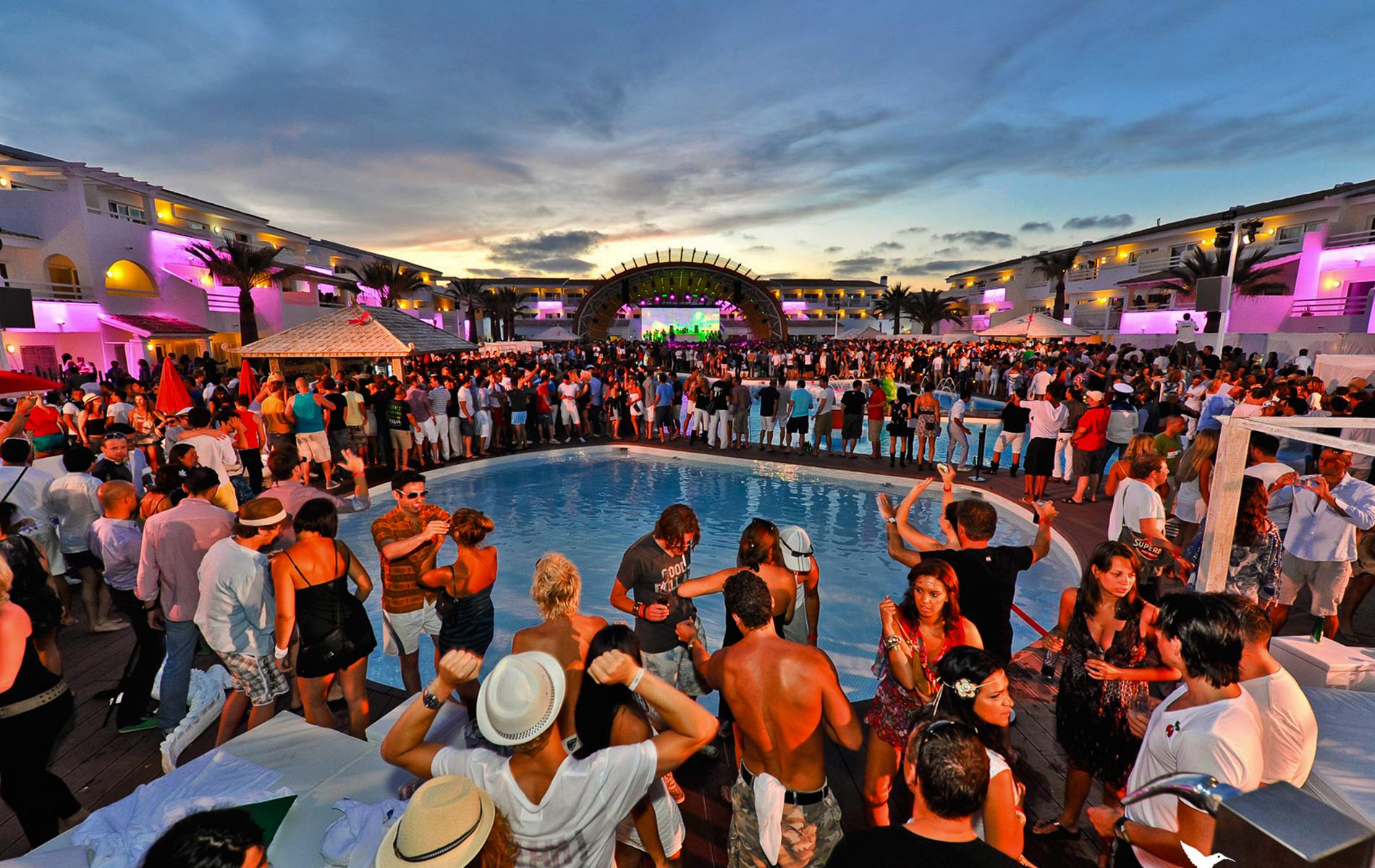 Fiesta nudista!!  LOS SIMS 4  DISNEY 08